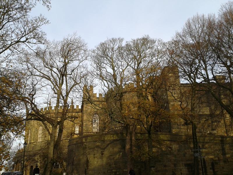 Lancaster Castle, eine eindrucksvolle Burg mit dicken Mauern und Zinnen.