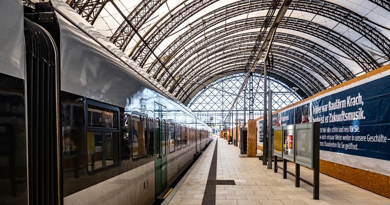 Bahnhofshalle mit Schnellzug
